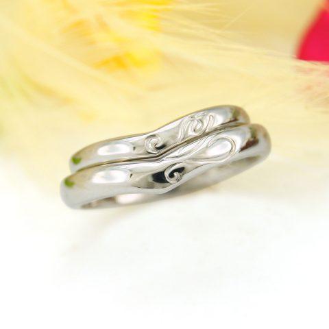 ふたりのイニシャルを彫り込んだオーダーメイドの結婚指輪