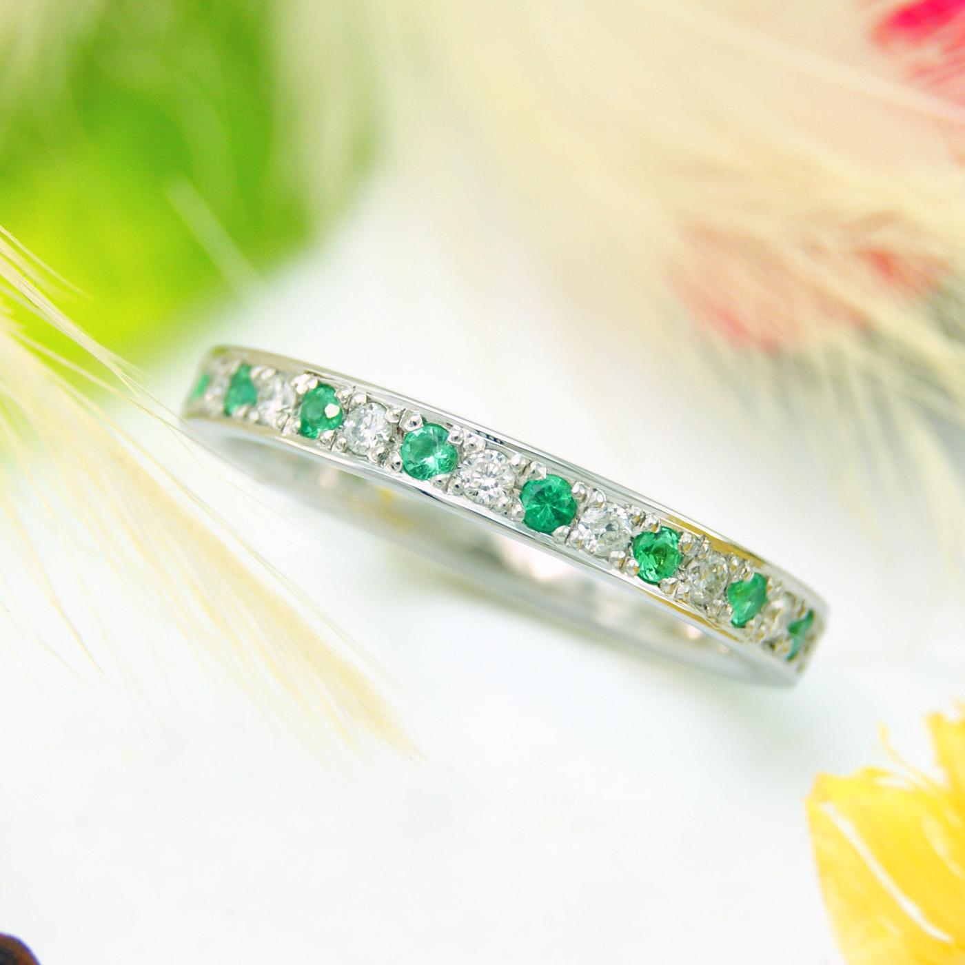 結婚30周年記念のダイヤモンドとエメラルドを使ったエタニティリング