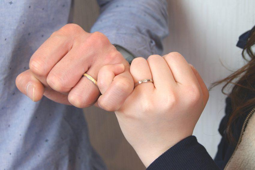 結婚指輪をご依頼頂きました郡山市にお住いのNさんご夫妻の手のアップ