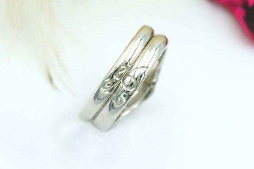 結婚指輪にふたりのイニシャルの模様