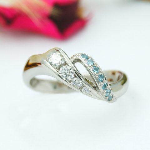 湖の波をイメージした婚約指輪