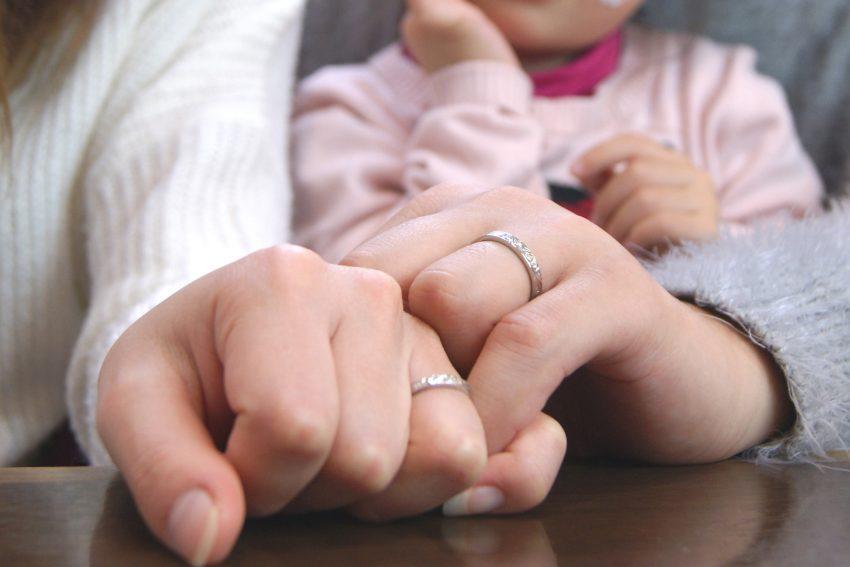 結婚指輪をご依頼された須賀川市からお越しの大和田さんご夫妻手のアップ/kazariyaYui福島県郡山市