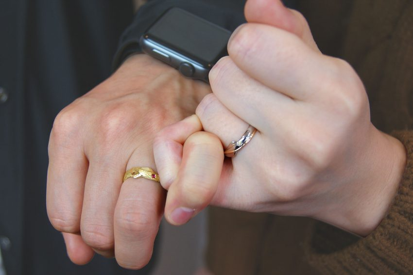 結婚指輪をご依頼頂きました須賀川市からお越しの横田さんご夫妻手のアップ/kazariyaYui福島県郡山市