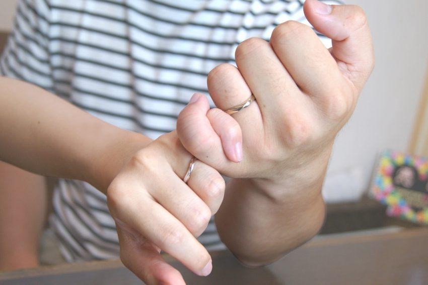結婚指輪をご依頼頂きました二本松市からお越しの丹野さんご夫妻手のアップ/kazariyaYui福島県郡山市
