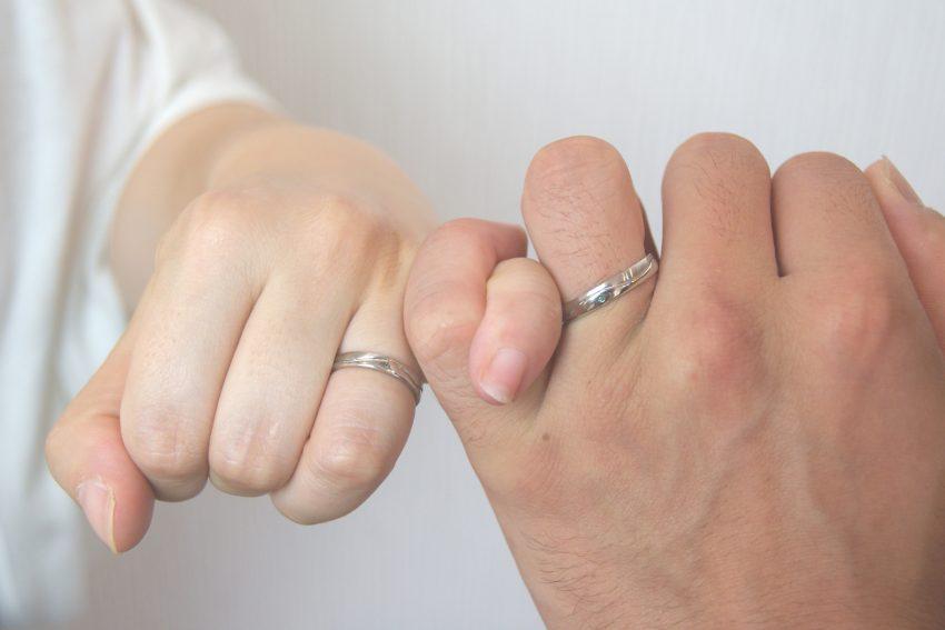 手作りの結婚指輪をご依頼頂きました郡山市にお住いの石井さんご夫妻手のアップ/kazariyaYui福島県郡山市