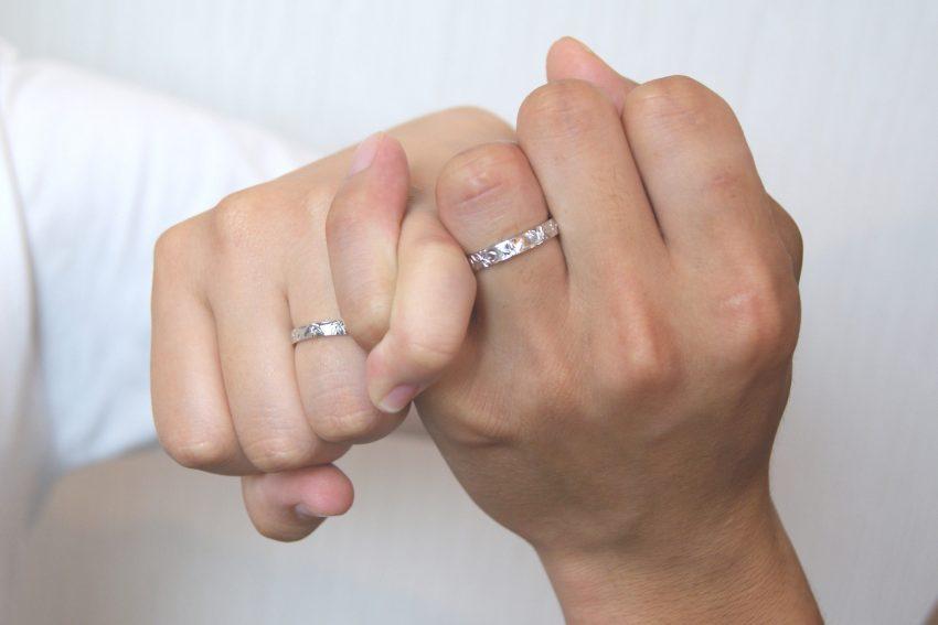 結婚指輪をご依頼頂いた上石さんご夫妻の手のアップ/kazariyaYui福島県郡山市