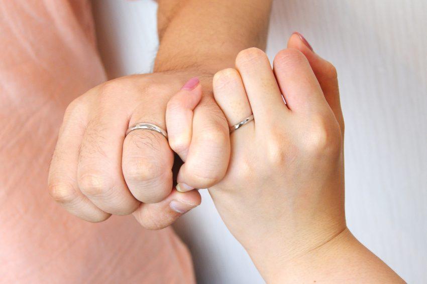 結婚指輪を手作りした福島市からお越しの坂内さんご夫妻の手のアップ/kazariyaYui福島県郡山市