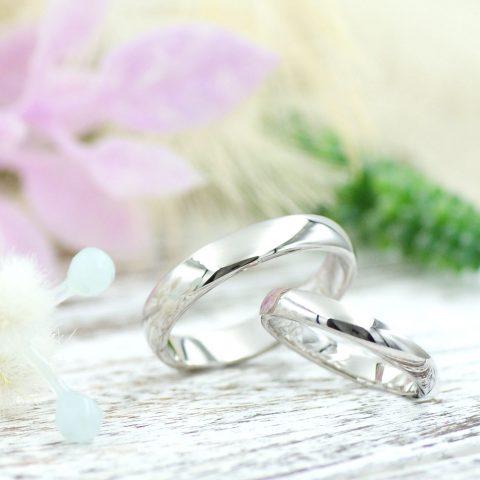 シンプルな柔らかな面が映える甲丸の結婚指輪/kazariyaYui福島県郡山市