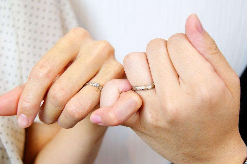 結婚指輪をご依頼頂きましたいわき市からお越しの猪狩さんご夫妻の手のアップ/kazariyaYui福島県郡山市