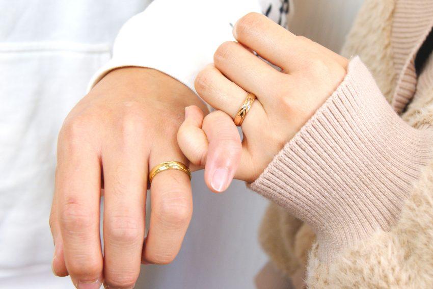 結婚指輪をご依頼頂きました本宮市からお越しの髙野さんご夫妻手のアップ/kazariyaYui福島県郡山市