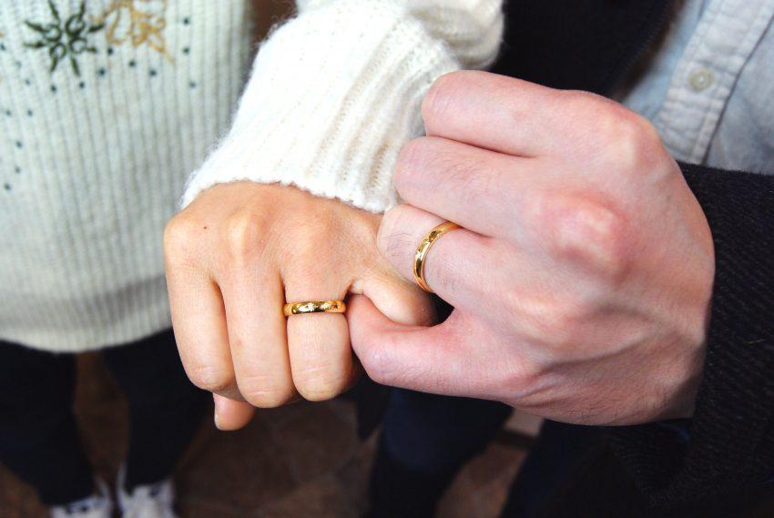 いわき市からお越しの橋本さんご夫妻の手のアップ/結婚指輪kazariyaYui福島県郡山市